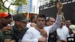 El dirigente opositor venezolano Leopoldo López mientras se entregaba a miembros de la Guardia Nacional.