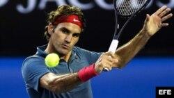 El tenista suizo Roger Federer golpea la bola durante su partido de cuartos de final del Abierto de Australia disputado contra el escocés Andy Murray, en Melbourne (Australia).