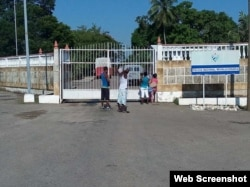 Familiares esperando visita en el Vivac de La Habana. Foto de Abraham Jiménez Enoa