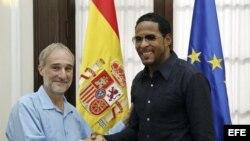 Javier Sotomayor saluda al embajador de España en la isla, Francisco Montalbán (i-d) hoy, viernes 25 de septiembre, en la embajada de España en La Habana.