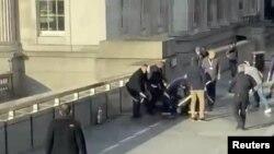 Peatones derribaron al atacante que había acuchillado a varias personas en el Puente de Londres.