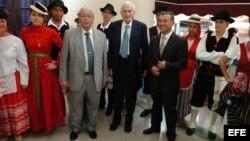 El presidente del gobierno canario, Paulino Rivero (centro-derecha), durante una de sus visitas a Cuba.