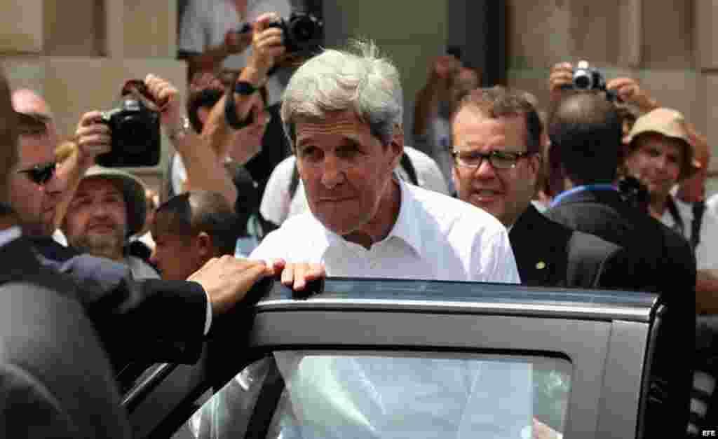 El secretario estadounidense de Estado, John Kerry (c), se dispone a realizar un recorrido por el centro histórico de La Habana (Cuba).