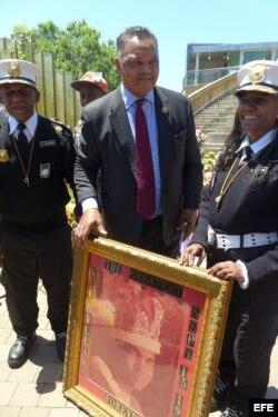 El reverendo y líder de los derechos civiles, Jesse Jackson (c), sostiene un cuadro con la imagen de su amigo el legendario campeón de boxeo Mohamed Alí.