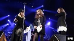 La cantante estadounidense Madonna (i) presenta a Maria Alyokhina (c) y Nadezhda Tolokonnikova (d), integrantes de la banda rusa feminista de punk rock Pussy Riot.