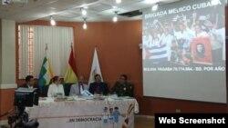 Los ministros de Salud y Comunicación del gobierno interino de Bolivia, Aníbal Cruz (al centro) y Roxana Lizárraga, junto a oficiales de la Policía en la conferencia de prensa.