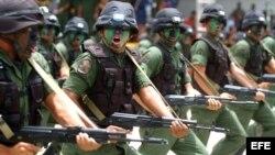 Chávez ha equipado a sus fuerzas armadas con miles de millones de dólares en armas rusas.
