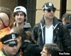 Atentados en Boston: En esta fotos divulgada por el FBI aparecen Dyojar Tsarnayev (izq) y su hermano Tamerlán (der), con gafas de sol.