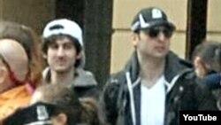 Atentados en Boston: De los dos hombres buscados, el de la derecha fue abatido por la policía. El otro escapó.