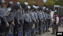 Agentes de policía y de la Guardia Nacional permanecen en guardia en Pennsylvania Avenue en Baltimore, Estados Unidos (1 de mayo, 2015).