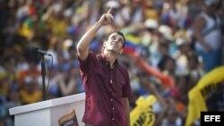 Henrique Capriles Radonsky saluda a sus seguidores durante una caravana electoral en Caracas.