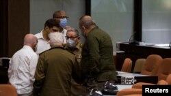 Raúl Castro y otros dirigentes cubanos en octubre de 2020 en una reunión parlamentaria. Irene Perez/Courtesy of Cubadebate/Handout via Reuters.