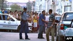 Imágenes del arresto de Marta Beatriz Roque, el 20 de marzo de 2003.