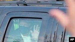 El presidente Donald Trump saluda a simpatizantes desde un vehículo afuera del Centro Médico Militar Nacional Walter Reed, en Bethesda, Maryland, el domingo.