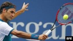 El tenista suizo Roger Federer devuelve una bola al argentino Leonardo Mayer.