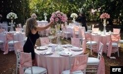 """Preparativos para una boda, organizada por la compañía privada """"Aires de fiesta"""", en La Habana (Cuba)."""