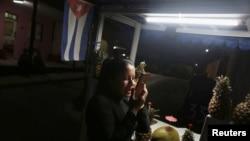 Una vendedora callejera se conecta a internet desde su teléfono en Varadero, Cuba.