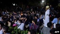 Artistas cubanos amanecieron el 28 de noviembre a las puertas del Ministerio de Cultura. YAMIL LAGE / AFP