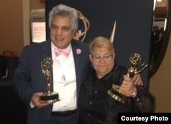 Cristina Sansón posa con el Premio Emmy junto a su colega, Alvaro Alba.