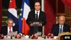 El presidente de Francia, François Hollande (c) ofrece un discurso junto a Raúl Castro (i) y Ricardo Cabrisas (d).