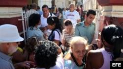 Cubanos hacen fila para hacer trámites frente a la oficina de Inmigración y Extranjería en La Habana. EFE.