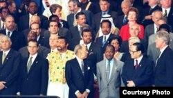 Fidel Castro (extrema izquierda) y Bill Clinton (d) coincidieron durante una Cumbre de la ONU en 1995