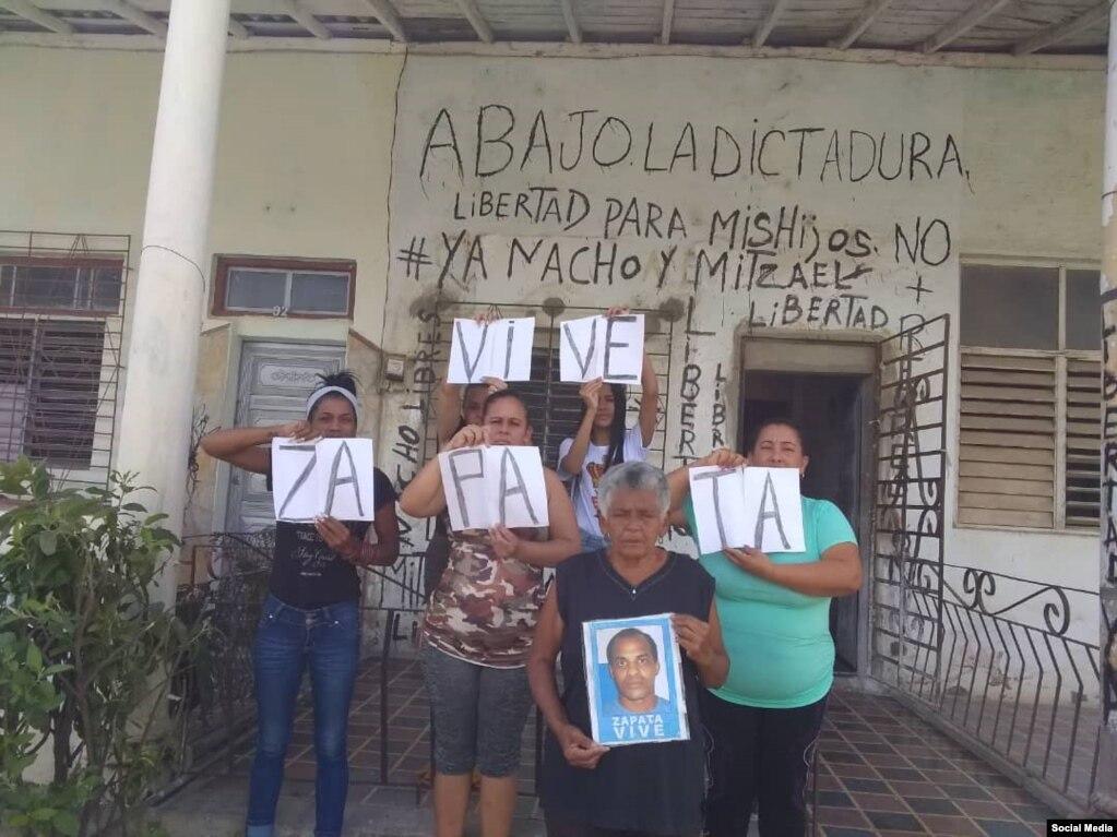 """Miembros de la Academia Julio Machado, en Placetas, posaron con carteles de """"Zapata Vive""""."""