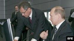 Archivo - El presidente ruso Vladimir Putin (d) y Serguéi Shoigú (i), con el ex ministro ruso para Situaciones de Emergencia y ahora ministro de Defensa.