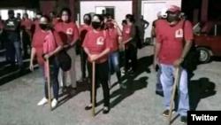 Armados con palos, los seguidores de Díaz-Canel están listos para acatar su orden de violencia.
