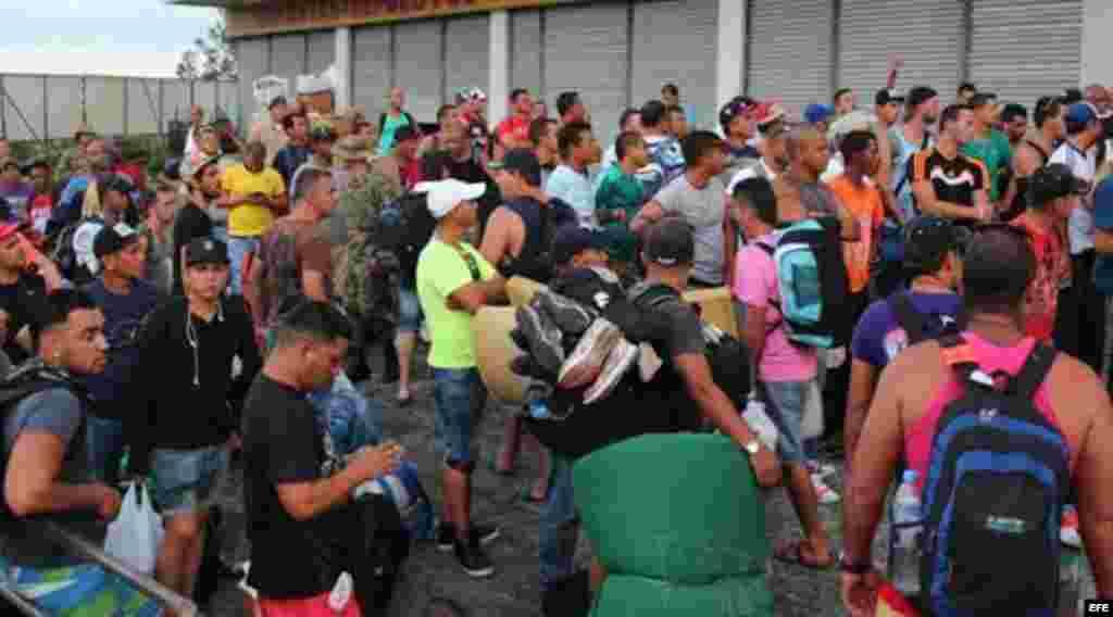 Decenas de cubanos continúan llegando cada día a Panamá, procedentes de Ecuador.