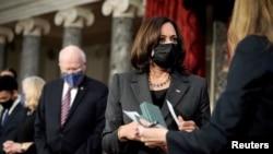 La vicepresidenta Kamala Harris junto a senadores en el Capitolio. Greg Nash/Pool via REUTERS