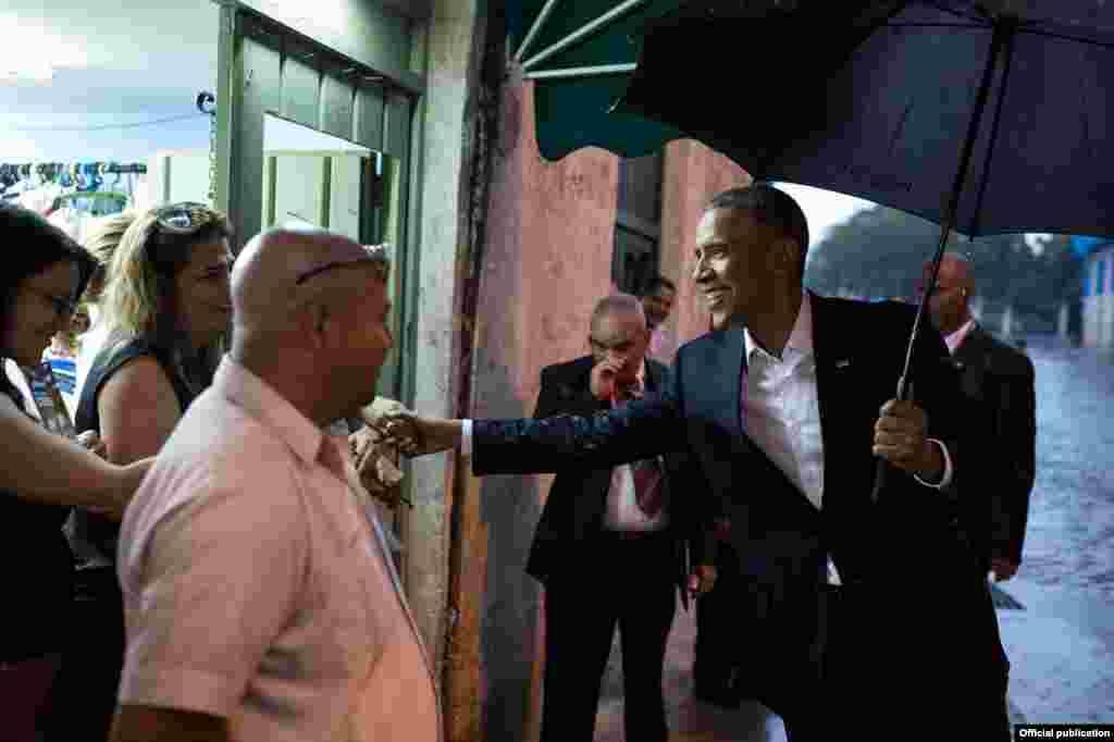 El presidente Barack Obama saluda a los empleados de una tienda cerca de la Plaza de Armas (White House).