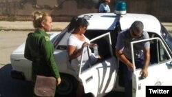 La policía política detiene a la Dama de Blanco Tania Echevarría, el pasado 15 de octubre, en Matanzas.