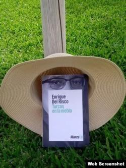 Portada de Turcos en la niebla, el más reciente libro de Enrique del Risco