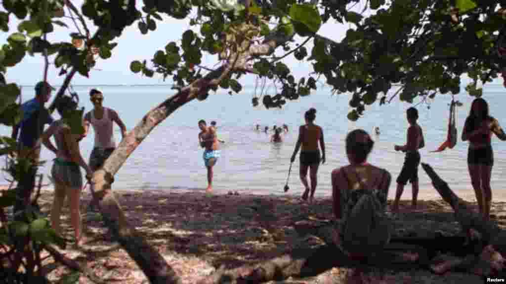 Residentes de la región oriental de Cuba pasan tiempo en una de las playas de la provincia Granma, la región de donde muchos balseros lanzan barcos improvisados para tratar de llegar a Estados Unidos