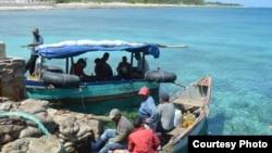 Las dos embarcaciones en que arribaron los cubanos a Caimán Brac.