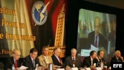Vista general de la mesa principal de una Asamblea General de la Sociedad Interamericana de Prensa (SIP).