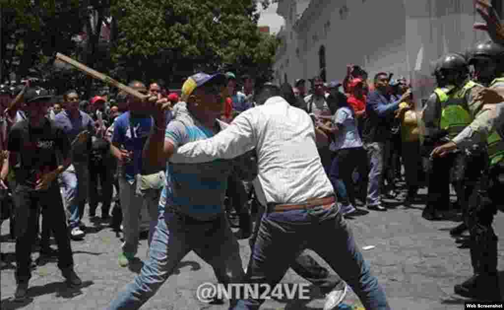 Imágenes filmadas por el canal NTN24 de las agresiones de oficialistas a partidarios de Leopoldo López.