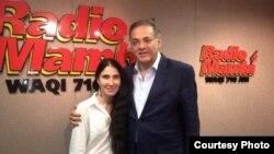 Yoani Sánchez con el periodista Oscar Haza