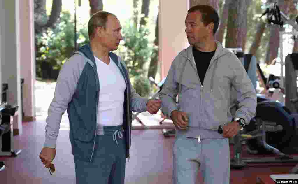 Putin y Medvedev en el gimnasio de la residencia presidencial en Sochi.