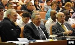 Fidel Castro (i), y su hermano, Raúl Castro (c), presiden la Asamblea Nacional del Poder Popular en el 2013.