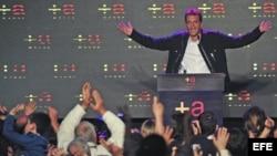 El candidato opositor del Frente Renovador Sergio Massa (d) festeja los resultados electorales en la sede del comando de su campaña en la localidad de El Tigre, provincia de Buenos Aires.