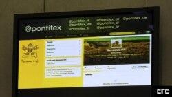 Archivo - Una pantalla en la sala de prensa del Vaticano muestra la cuenta Twitter del papa Benedicto XVI, en el Vaticano.