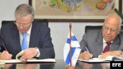 El secretario de Estado del Ministerio de Asuntos Exteriores de Finlandia, Peter Stenlund, y Ricardo Cabrisas.
