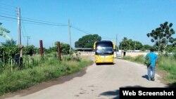 Omnibus con deportados saliendo del Vivac de La Habana. Foto de Abraham Jiménez Enoa
