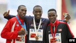 Los medallista del salto, Pedro Pablo Pichardo (i), el estadounidense Will Claye (d) y el francés Teddy Tamgho al centro.