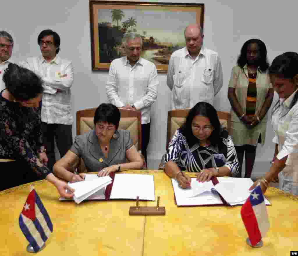 El ministro de Relaciones Exteriores de Chile, Heraldo Muñoz (atrás centro izquierda) y el ministro cubano de Comercio Exterior, Rodrigo Malmierca (atrás cd), participan hoy, viernes 04 de septiembre del 2015, en la firma de un memorándum de entendimient
