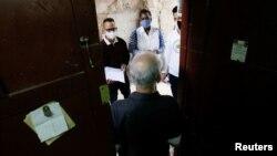 Estudiantes de Medicina realizan un chequeo en busca de posibles contagios en La Habana. REUTERS/Stringer