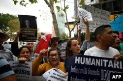 Partidarios de la oposición al chavismo protestan el 26 de septiembre frente a la sede de la ONU en Nueva York (Foto: Johannes EISELE/AFP).