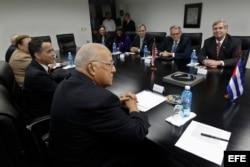 El secretario de Agricultura de Estados Unidos, Thomas Vilsack (d) se reúne con el vicepresidente cubano Ricardo Cabrisas.